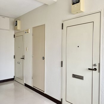 共用廊下も完全屋内だからキレイ。