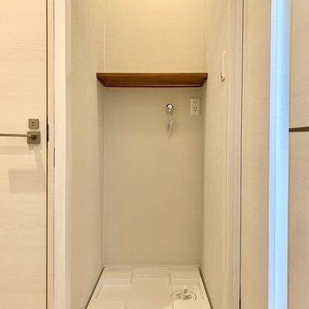洗濯機の上の棚に洗剤等を置けます。