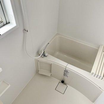 シンプルなバスルーム。窓付きで明るい雰囲気。