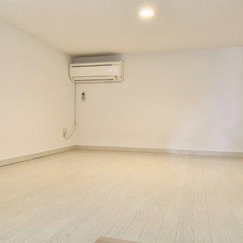 エアコンにテレビのアンテナ端子、窓もありました。