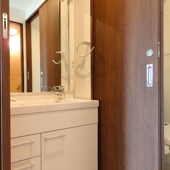洗面台がキレイに!!その奥に引き戸でトイレが。