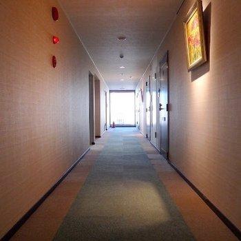 共用廊下はカーペット敷きで、まるでホテルのよう