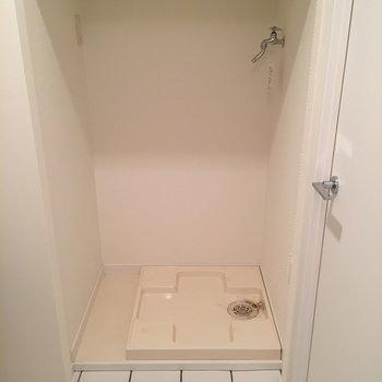 洗濯機スペース。ちゃんと棚もあるのが嬉しい。(※写真は6階の同間取り別部屋のものです)