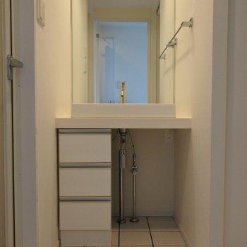 水回りはホワイトで清潔感あり◎(※写真は6階の同間取り別部屋のものです)