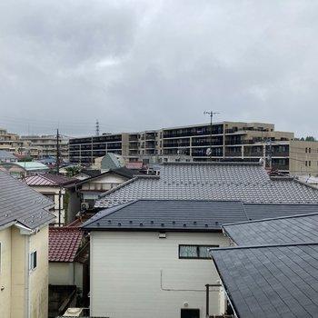 【窓からの眺望】こちらも住宅街。