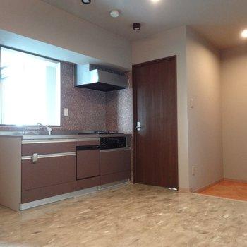 キッチンはブラウンのタイル張り。ビルトイン食洗機付き!(※写真は5階の同間取り別部屋のものです)