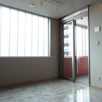 こちらはリビング。すりガラスの窓が素敵。(※写真は5階の同間取り別部屋のものです)
