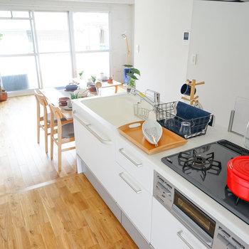 キッチンとつないでダイニングが良い◎※写真は1階反転間取り、別部屋のもの。家具はイメージです