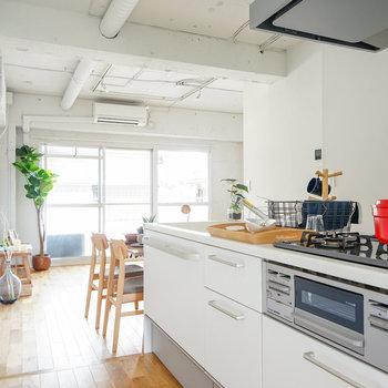キッチンは3口ガスコンログリルも!※写真は1階反転間取り、別部屋のもの。家具はイメージです