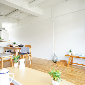 対面キッチンがお洒落◎※写真は1階反転間取り、別部屋のもの。家具はイメージです