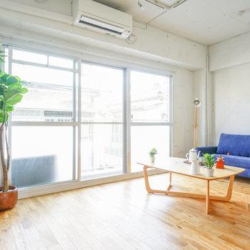 窓が大きく明るいです♪※写真は1階反転間取り、別部屋のもの。家具はイメージです