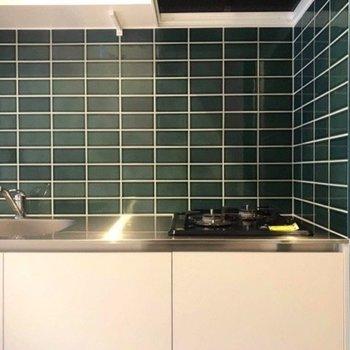 二口のキッチンはタイル張りです。