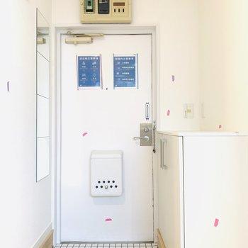 玄関口の白いタイルが映えます◎ ※同間取り別部屋の写真になります。
