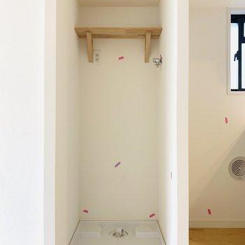 洗濯機置場はキッチン真横のスペースに。※同間取り別部屋の写真になります。