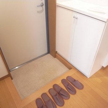 玄関は靴箱もあります※写真は3階の同間取り別部屋のものです