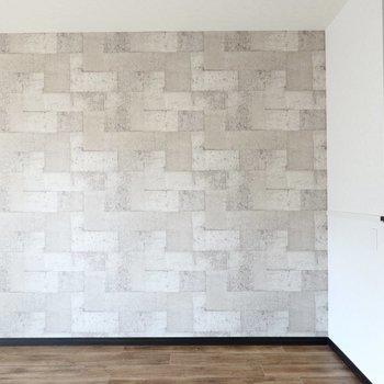 コンクリブロック風のアクセントクロスにはカッコいい家具が似合いそう!