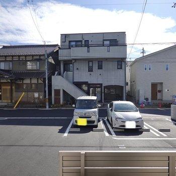 前は敷地内の駐車場なので人目はあまり気になりません◎