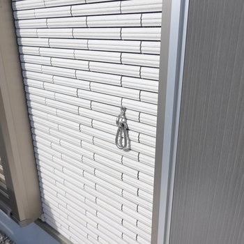 ドアの横にはリードフックがあります。