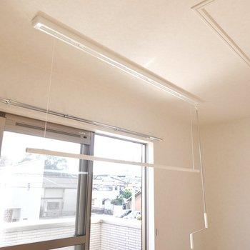 外の竿受けだけでなく、室内にも収納できる物干し竿があるんです……!