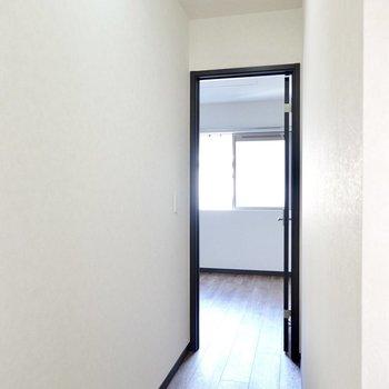 廊下の先にはもうひとつ洋室が。