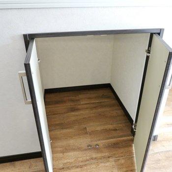 キッチンの横の小さな収納は掃除道具入れに。