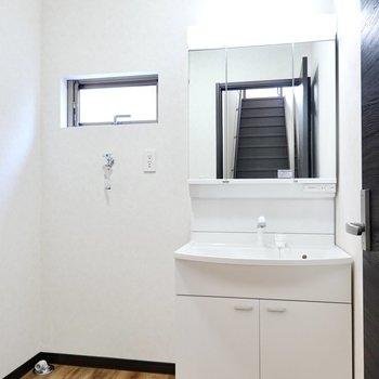 まずは脱衣所。鏡の大きな洗面台だから朝も立て込みませんね!