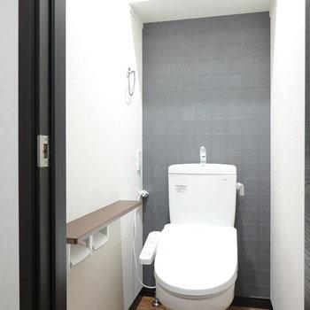 トイレはウォシュレット付き。カウンター付きのロールホルダーも。