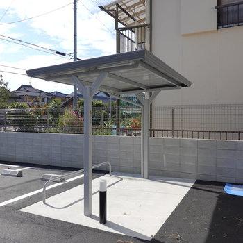 駐輪場も屋根付きで綺麗!