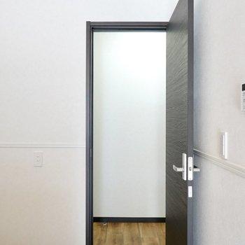 その他の水回りはドアの向こうの廊下に。