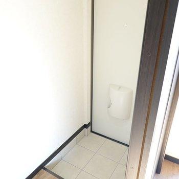 玄関はLDKから。タタキは1人分の広さです。