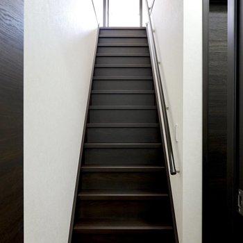 手すり付きの階段を上がって2階へ。