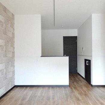 奥には開放的な対面式キッチン!