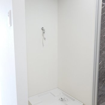 反対側には洗濯機置場。洗濯機もステンレスが◎ (※写真は2階の同間取り別部屋のものです)