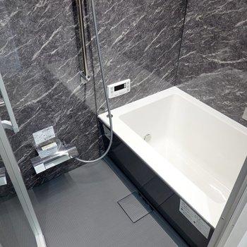 大理石調の壁にスタイリッシュな浴槽がホテルを思わせます。(※写真は2階の同間取り別部屋のものです)