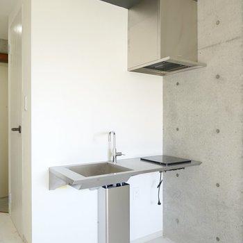 お部屋の隅に佇むのは、ミニマルデザインのステンレスキッチン!(※写真は2階の同間取り別部屋のものです)