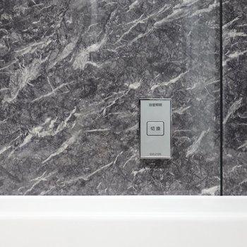 浴槽の側には切替ボタンがあり、これを押すと……(※写真は2階の同間取り別部屋のものです)