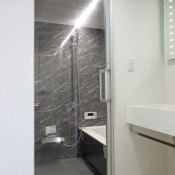 さらに奥には、ガラス張りのバスルーム……!(※写真は2階の同間取り別部屋のものです)