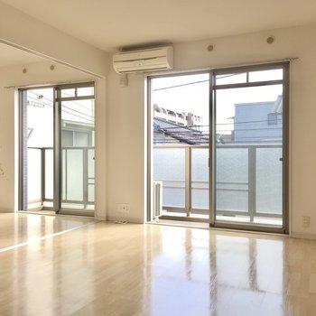 窓はバルコニーに2面分なので、しっかり光が入りますね。(※写真は2階の同間取り別部屋のものです)