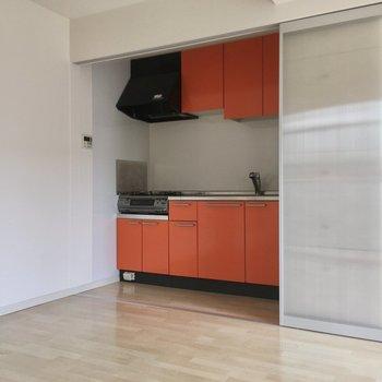 ちらりオレンジ色のキッチンを発見。(※写真は2階の同間取り別部屋のものです)