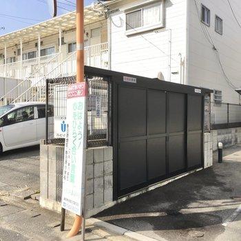 ゴミ置き場はマンションの横にありました。