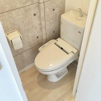 入ってすぐ左側にトイレ。ウォシュレット付きです。(※写真は2階の同間取り別部屋のものです)