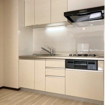 【LDK】白くキレイにまとまったキッチン。