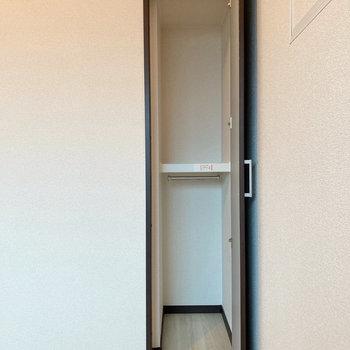 【洋室】収納はコンパクトですよ。
