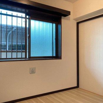 【洋室】腰高窓なのでベッドの配置もしやすいですね。