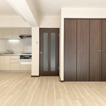 【LDK】シンプルな色合いなので家具も合わせやすいですね。