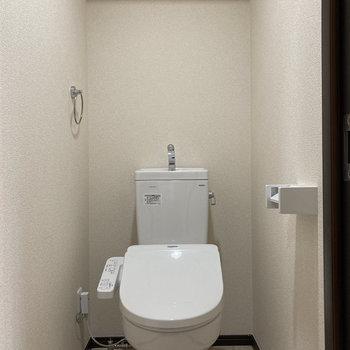 温水洗浄付き便座、棚もありますよ。