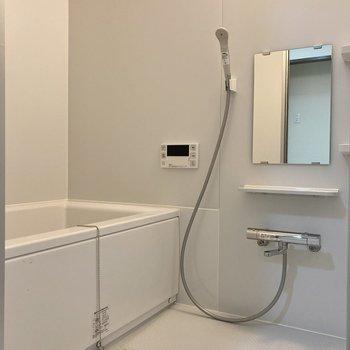 シンプルなバスルーム。浴室乾燥・追焚機能付きです。