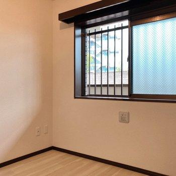【4.5帖】腰高窓なので家具も配置しやすい!