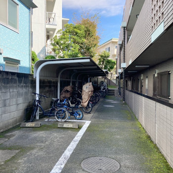 駐輪場は屋根付きですよ。