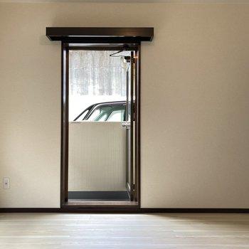 【8帖】どちらの窓からもそのままバルコニーへ出られます。